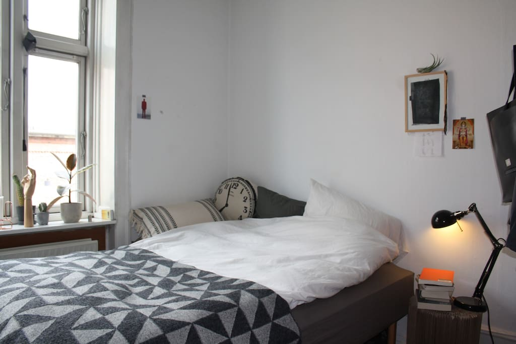 Room 1 with bed and nice view to the Red Square in Nørrebro.