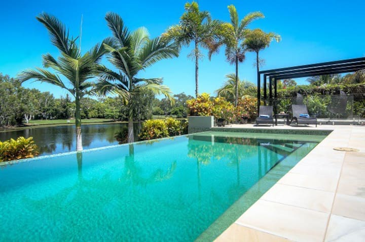 Tranquility by the Lake - Luxury Home Port Douglas
