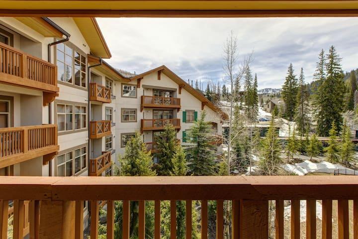 New listing! Stylish ski-in/ski-out condo w/ private balcony shared pool/hot tub