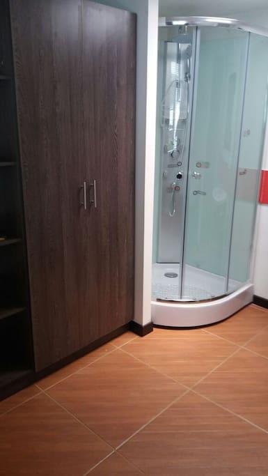 ducha en cabina de vidrio, agua caliente y frio