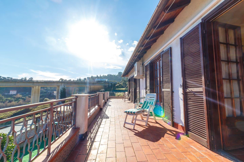 terrazza panoramica con vista aperta esposta al sole dal mattino alla sera