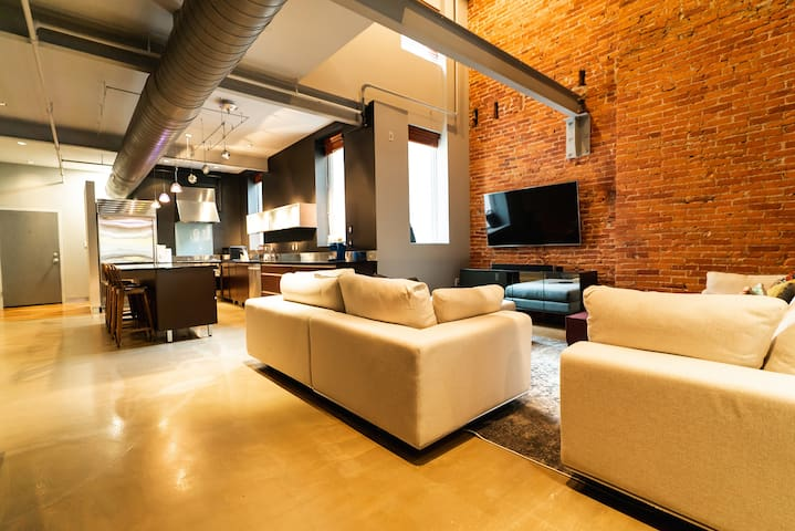 Top Floor Lofted Penthouse in Rittenhouse+Rooftop!