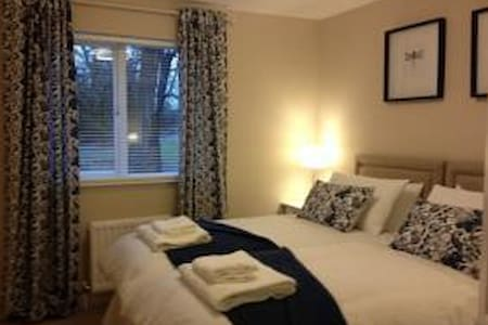 Bright and lovely flat in Paisley near to airport - Paisley - Serviced apartment