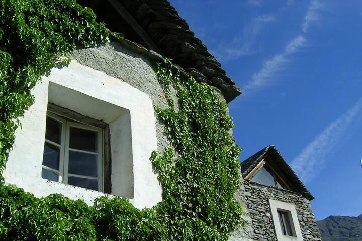 3 maisons atypiques rénovées en éco-biologie - Mergoscia - Casa cueva