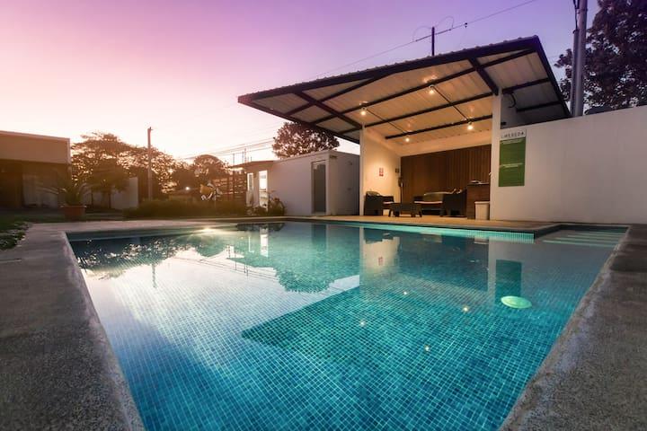 New Modern Home.  Great Pool.  Fast WiFi.