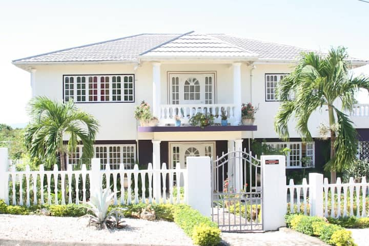 Luxury Five Bedrooms Family Home