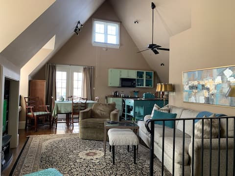 High-end carriage house close to downtown