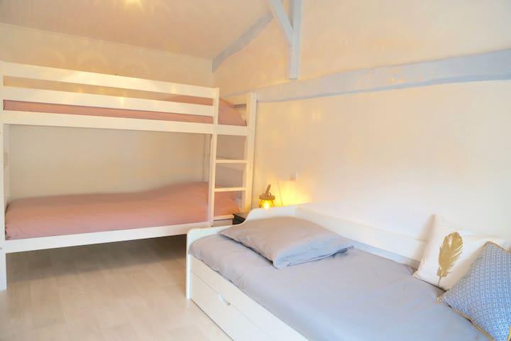 Chambre 3, lits superposés + 1 matelas au sol (le lit gigogne n'est plus dans la chambre)