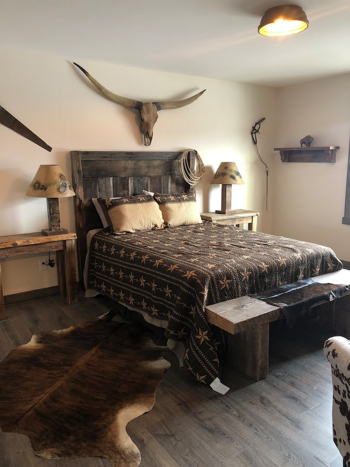Cozy & Clean Wild Western Theme Suite