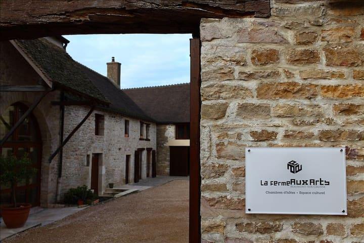 La Ferme Aux Arts Chambre Chocolat - Beaumont-sur-Grosne - Gjestehus
