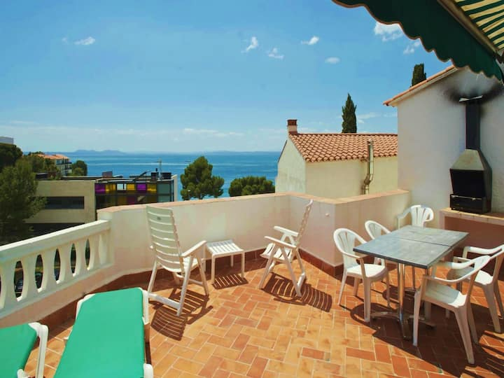 Two-Bedroom Apartment Sea View located 50m from the beach