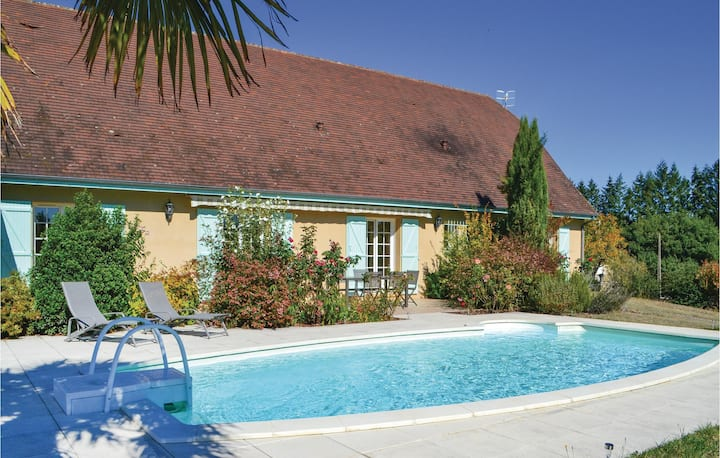 Amazing home in Montignac with WiFi, 3 Bedrooms and Outdoor swimming pool
