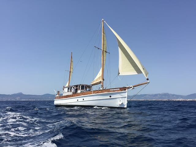 Charming Classic Wooden Motor-Sailing-Yacht