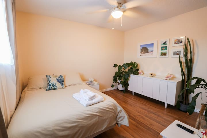 Bright Private Bedroom in lovely, quiet community