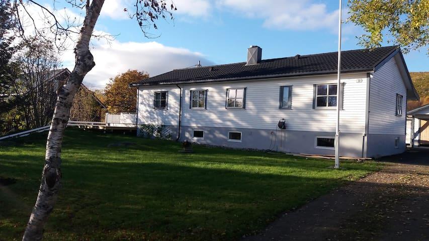 Kjellerstue m/soverom i koselig hus midt i lofoten - Vestvågøy - Byt