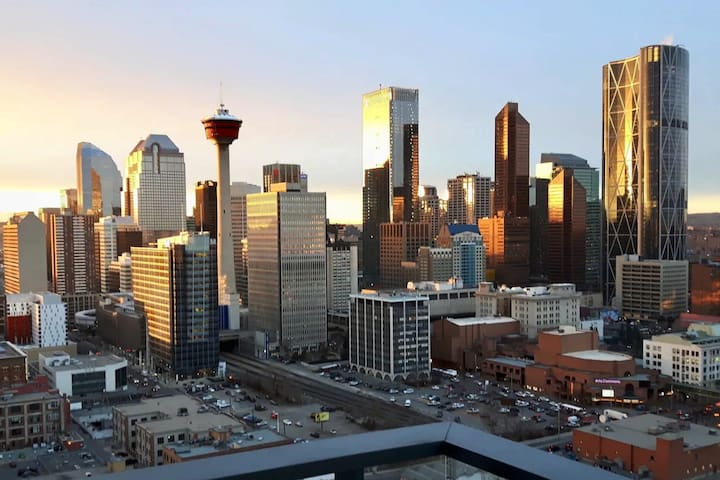 LUXURY DOWNTOWN CONDO W/ VIEWS. BMO/SADDLEDOME.