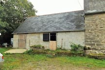 Stable and outbuilding suitable for bikes, pets, storage