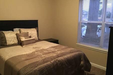 Kings Cross Apartments 2 Bdrm (2nd floor) 5719-18 - Fayetteville - Leilighet