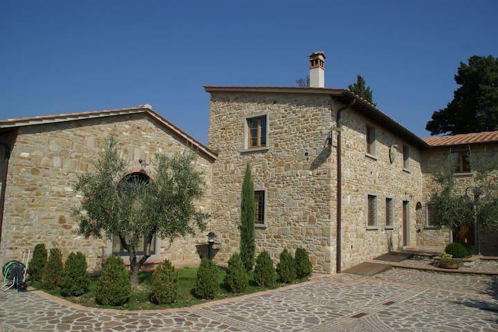 Confortevole casa vacanze a Montecarelli con piscina