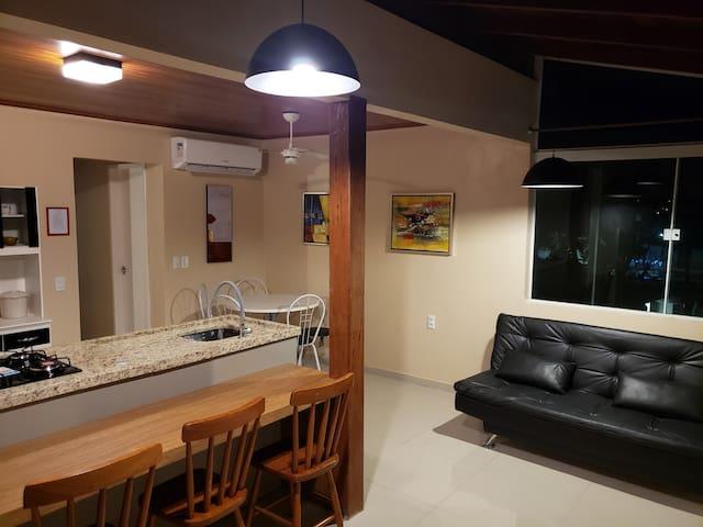 Sala e cozinha conjugada com ilha