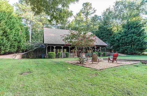 Lake Oconee Cottage (sleeps 8) on private acre!