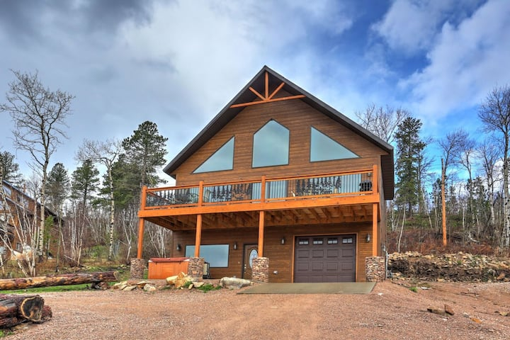 5 Bedroom Cabin with private hot tub and wifi - close to the slopes!