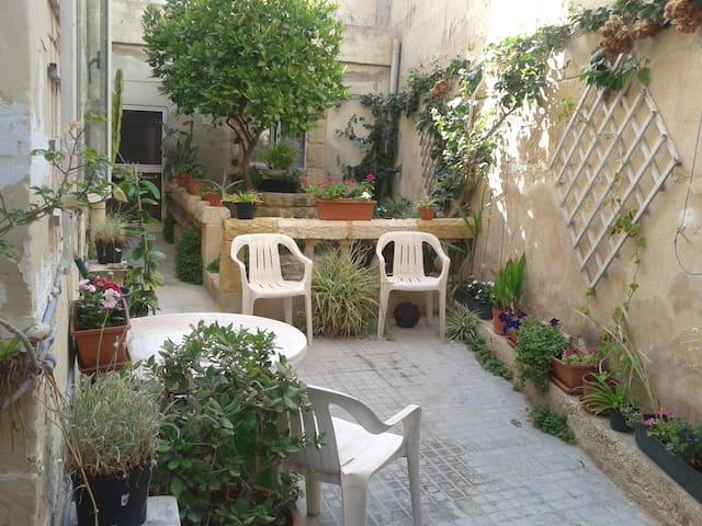 Garden maisonette close to Sea and Sliema - 2 bed - Msida - Lainnya