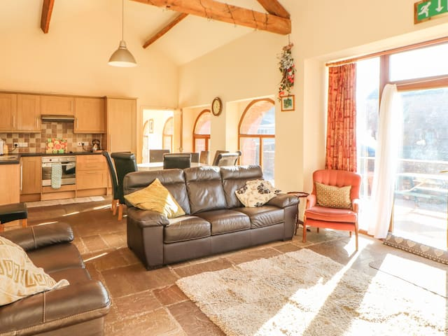 PHEASANT COTTAGE, family friendly in Penrith, Ref 972529