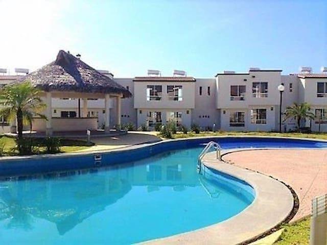 Casa sola en privada con Acceso a Palapa y Alberca