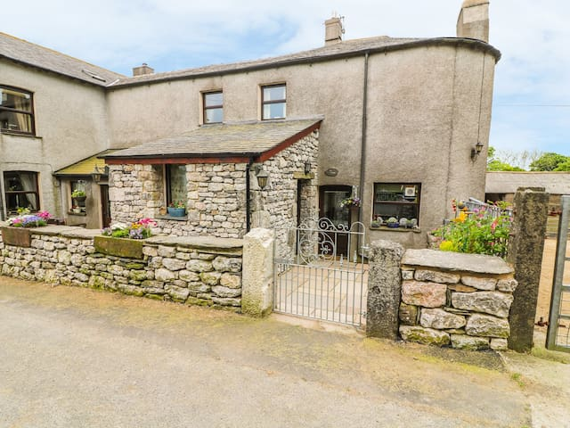 HORRACE FARM COTTAGE, pet friendly in Pennington, Ref 921656