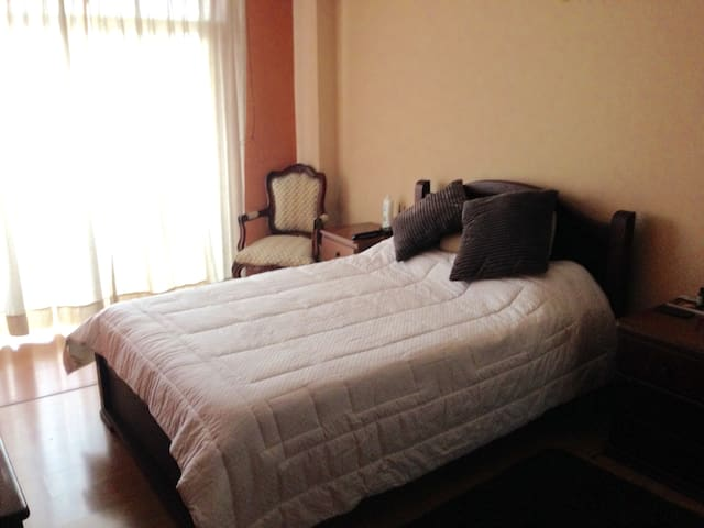 la decoración en el dormitorio es clásica