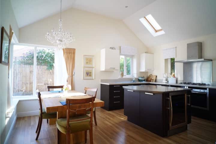Ensuite Room in a Beautiful Bungalow with parking