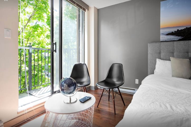 Tranquil Charming Suite in The Heat of Yaletown