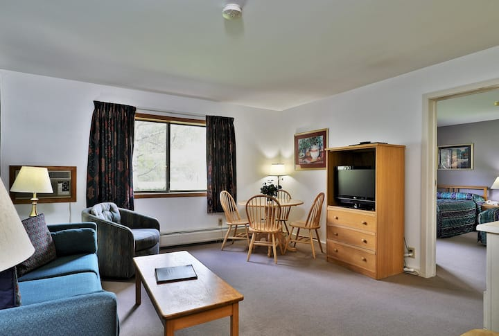 114/116 Deluxe one bedroom suite located on first floor w/outdoor heated pool