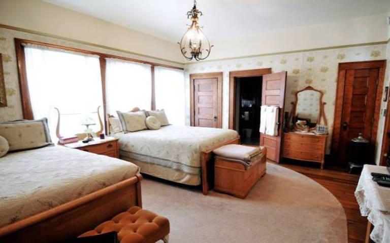 Solomon Mier Manor B&B- Solomon Room