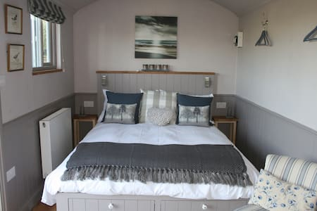 Mulberry Retreat hand-crafted shepherd's hut - Bridgwater