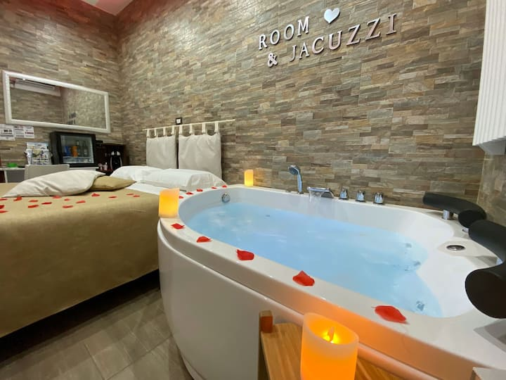 Room with Jacuzzi tub near Pompeii and Sorrento