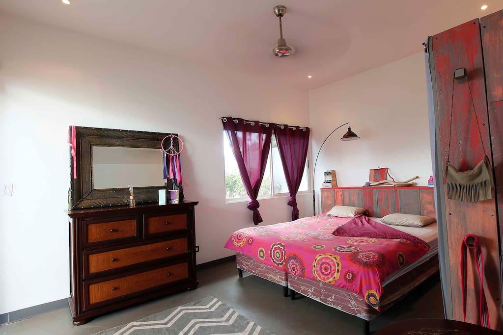grande chambre (lit king) avec ventilateur de plafond
