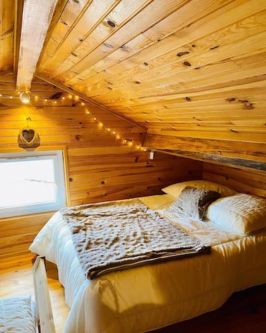 La chambre mansardée est composée d'un lit double 140 x 190 cm et de deux lits simple 90 x 200 cm que l'on peut accoler.  + un couchage 2 personnes dans le salon avec un canapé lit. 4 adultes maxi dans le gîte +2 enfants possibles