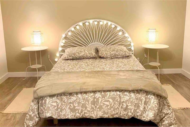 Grande chambre avec un lit de 140x190cm, une armoire et une commode. Couette, housse de couette et oreillers fournis