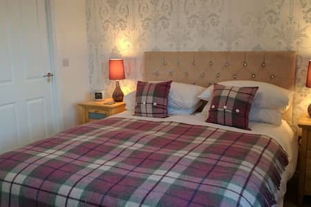 King sized boutique bedroom with en-suite, Falkirk - Redding
