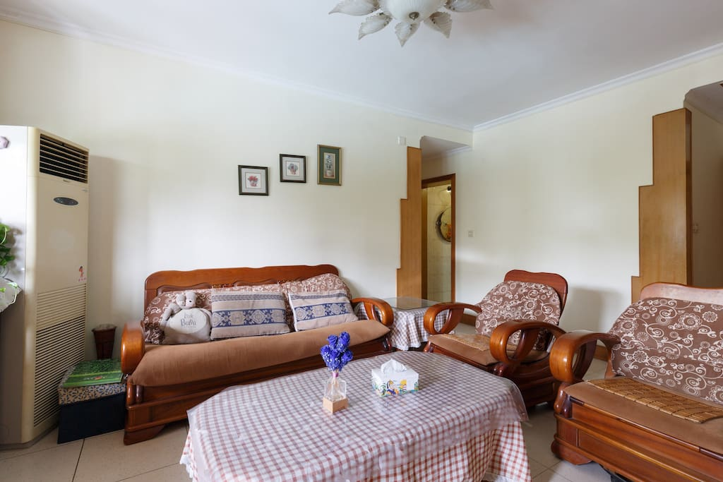 一个三人沙发和两个单人沙发