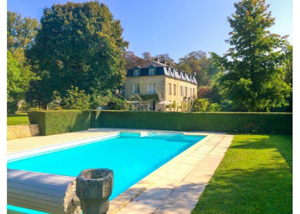 La maison avec sa piscine ensoleillée