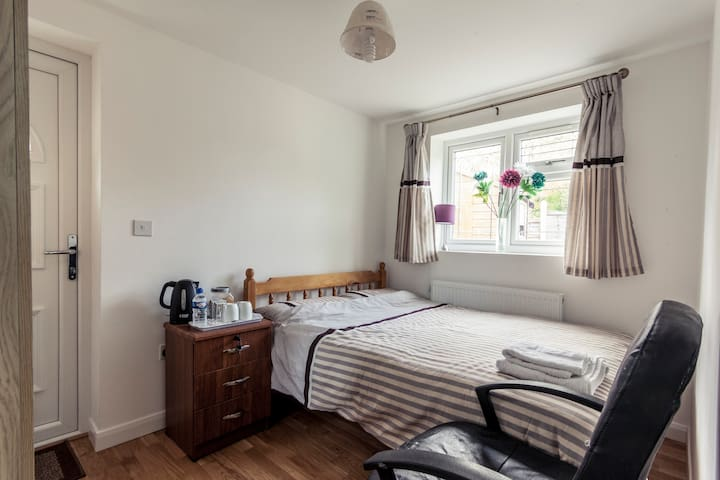 Beautiful Double Bed Room in Barnet with Parking