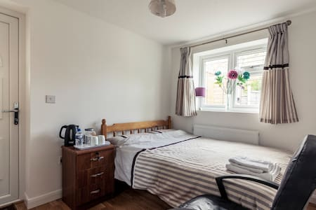 Beautiful Double Bed Room in Barnet with Parking - Barnet - Hus