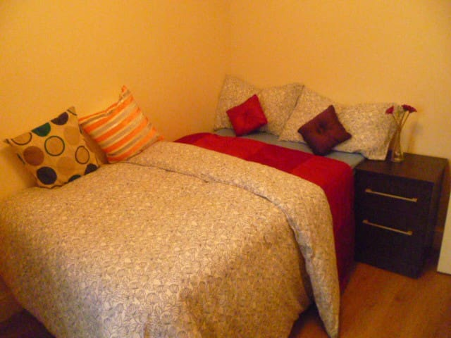 LONDON FLEXIBLE STUDIO, SLEEPS 2-4, CLOSE TO CITY.