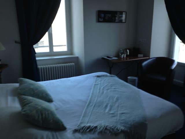 CHAMBRE D'HOTEL - DOUBLE BAIN BALCON 14 M2
