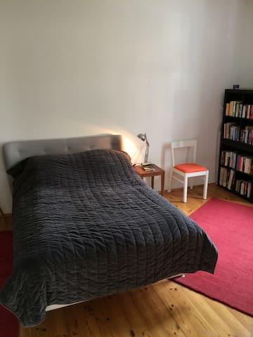 Schlafzimmer mit Bett (1,40X2m)