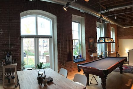 Spacious Downtown Warehouse Loft with Pool Table - 达拉谟