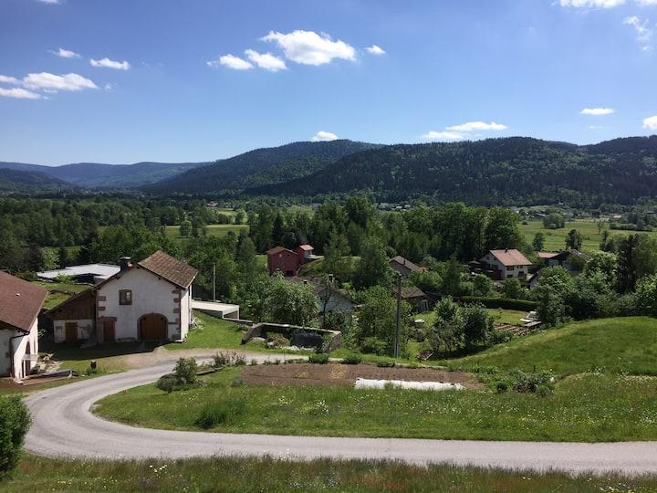 Maison vue sur la montagne